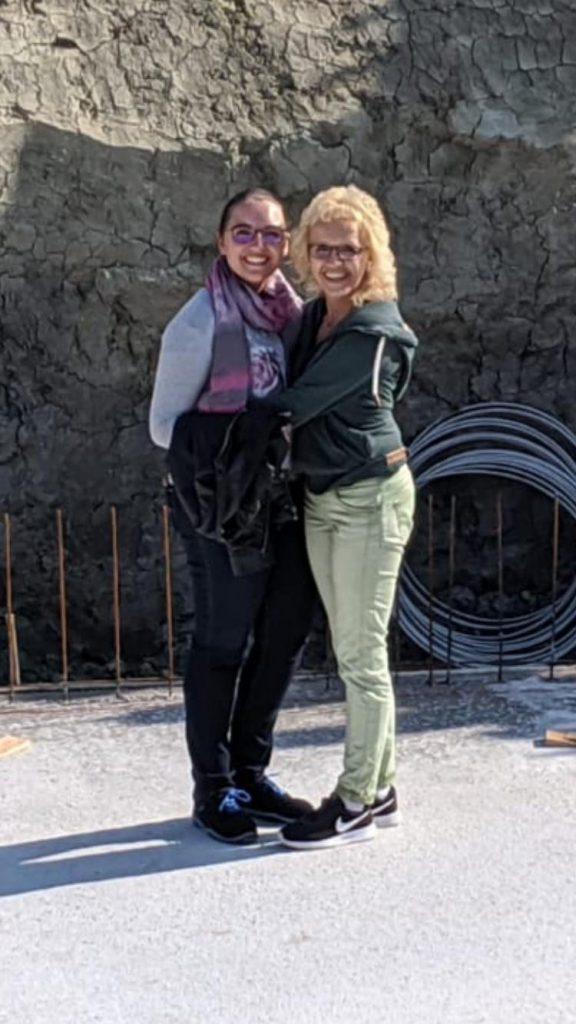 Mutter und Tochter auf Rohbau Fertighaus Bodenplatte Doppelhaus