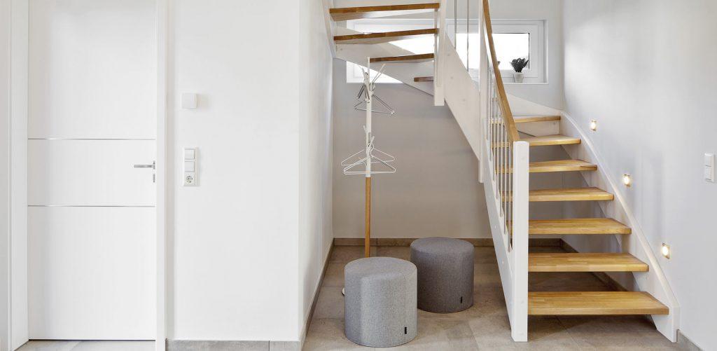 Treppe Weißes Geländer mit Holz Stufen
